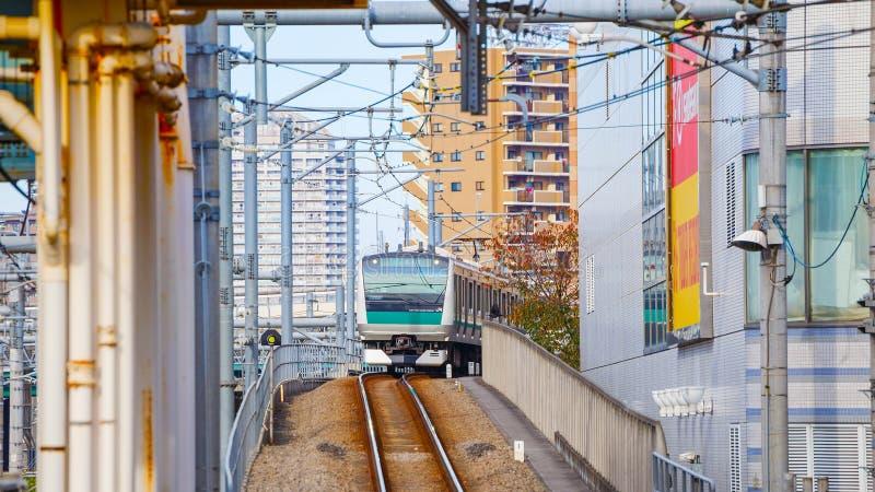Un tren local llega la estación de Ikebukuro imagenes de archivo