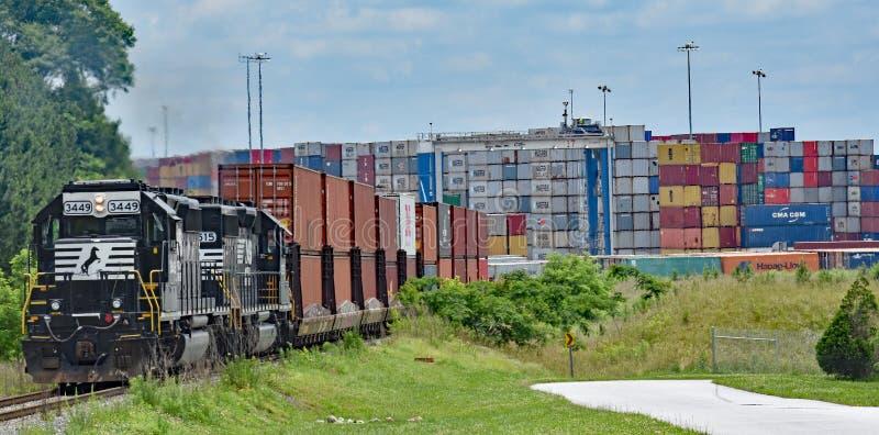 Un tren meridional del envase de Norfolk sale del puerto interior Greer fotografía de archivo
