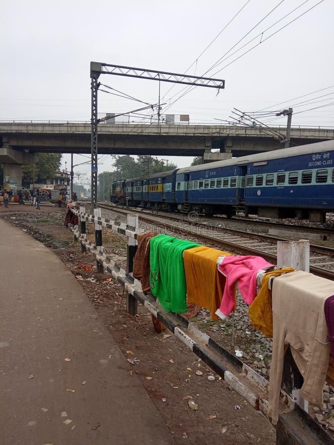 Un tren pasa por la ciudad de Lucknow, India imagenes de archivo