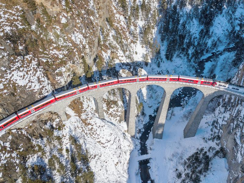 Un tren rojo que pasa en el viaducto famoso de Landwasser imágenes de archivo libres de regalías