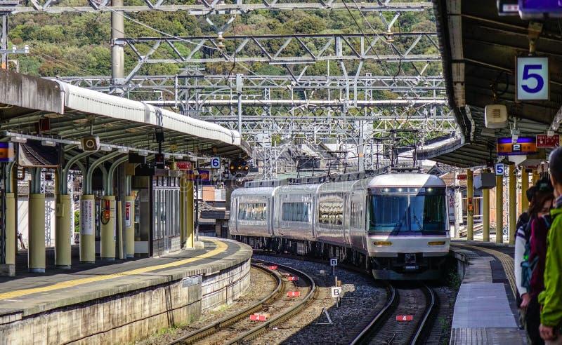 Un treno locale che viene alla stazione di JUNIOR immagine stock libera da diritti