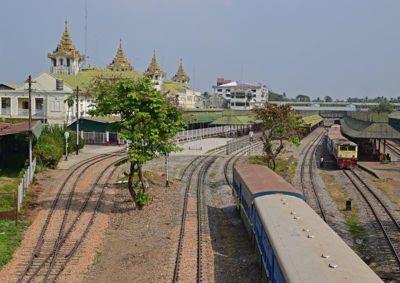 Un treno sta lasciando a Rangoon la stazione ferroviaria centrale sulle strade ferrate fotografie stock