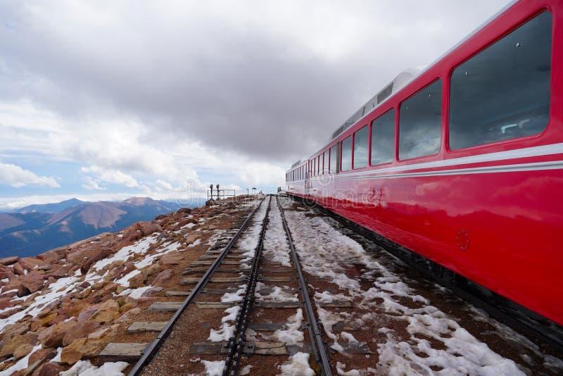 Un treno sulla cima del mondo immagine stock libera da diritti