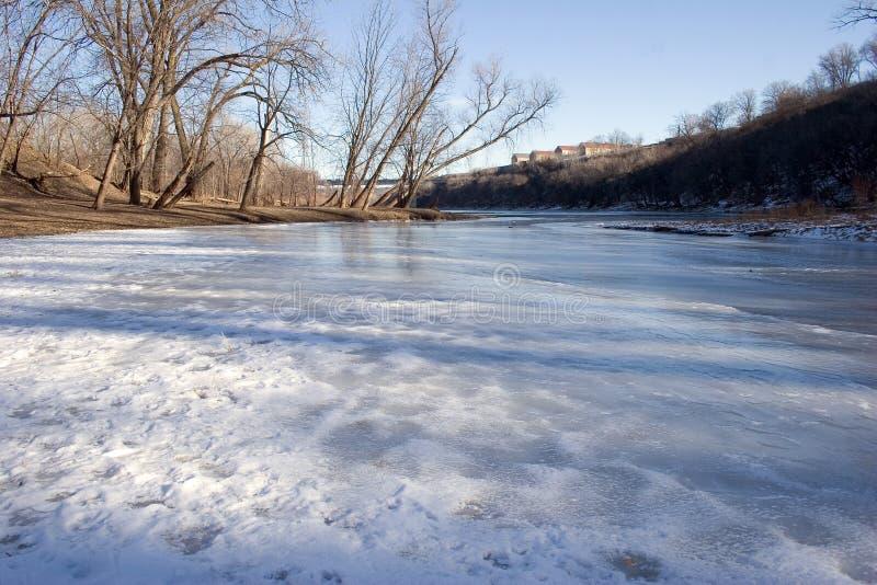 Un tributaire circulant dans le Fleuve Mississippi À Minneapolis, M images stock