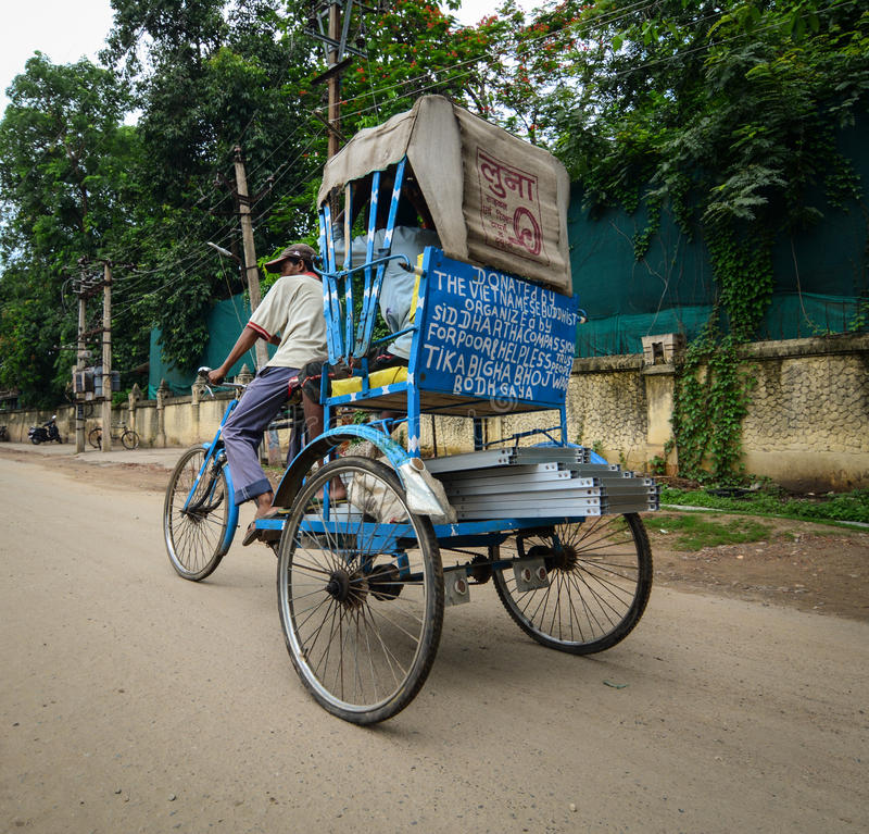 Un tricycle d'équitation d'homme sur la rue dans Bodhgaya, Inde image stock