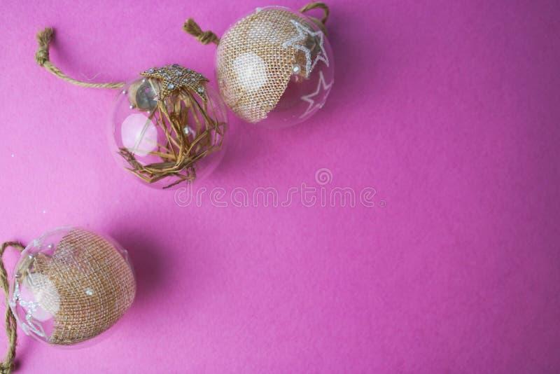 Un triree de las bolas festivas hermosas decorativas del Año Nuevo del pequeño de la ronda inconformista elegante hecho en casa t imagen de archivo libre de regalías