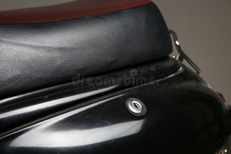 un trou de la serrure sur la bo?te ? gants d'un scooter photographie stock