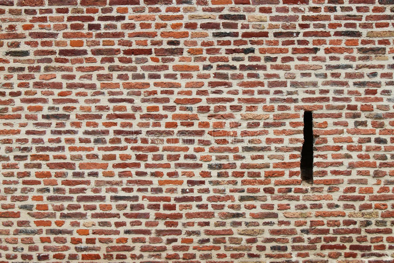 Un trou de meurtre a été commandé dans un mur de construction brique à Lille (les Frances) photographie stock libre de droits