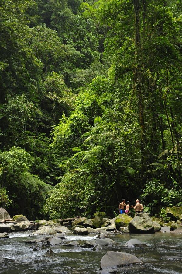 Un trou de natation le long de la rivière de Fortuna de La offre un sursis de refroidissement aux touristes photos stock