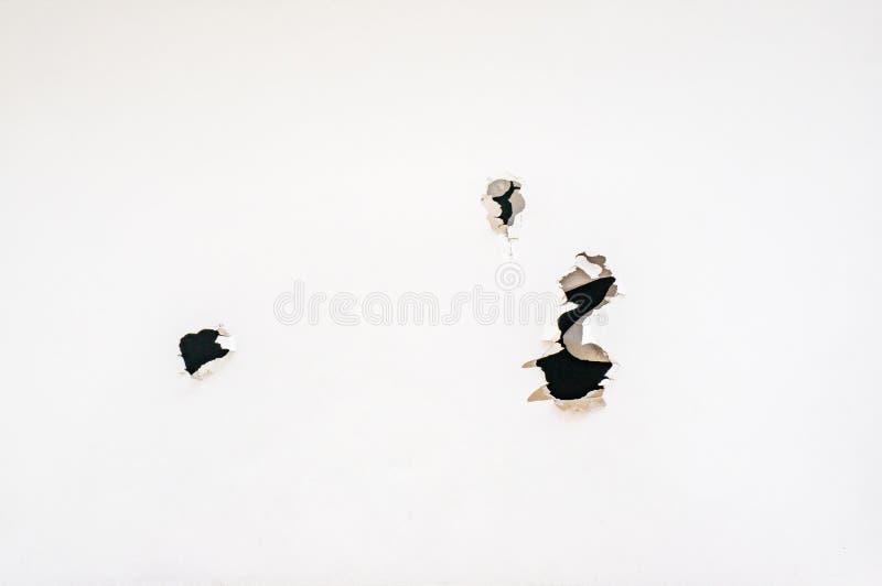 Un trozo de papel con los agujeros dentados como los agujeros de bala Copie el espacio imágenes de archivo libres de regalías