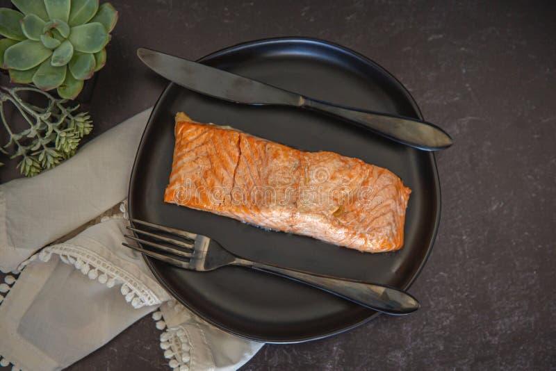 Un trozo de salmón cocido imagen de archivo