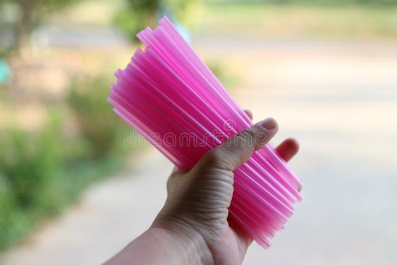 un tube en plastique rose, isolement simple, concept de discontinuer l'utilisation des tubes en plastique, réduisant le réchauffe photographie stock