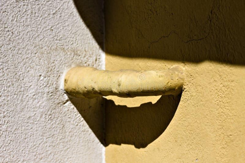 Un tube jaune sort du mur Italie, Europe photo stock