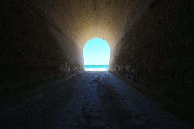 Un tunnel conduce alla spiaggia immagine stock libera da diritti
