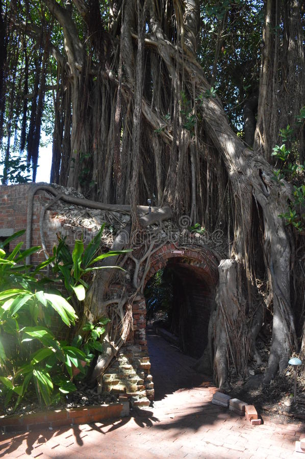Un tunnel de brique d'un vieux fort images stock