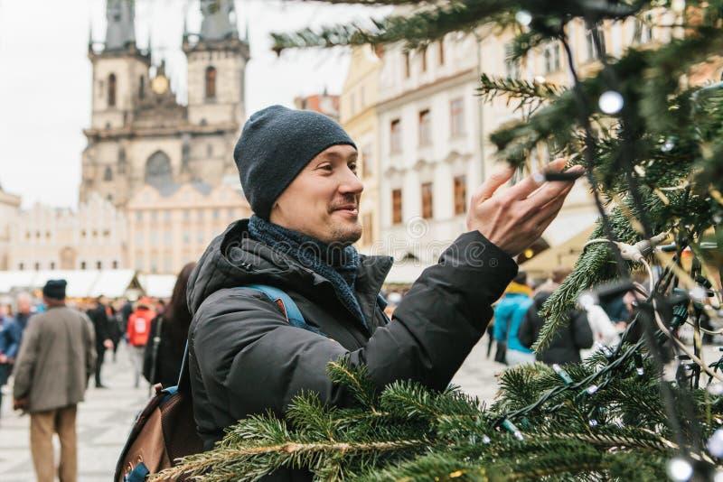 Un turista ammira l'albero di Natale sul quadrato principale a Praga immagini stock libere da diritti