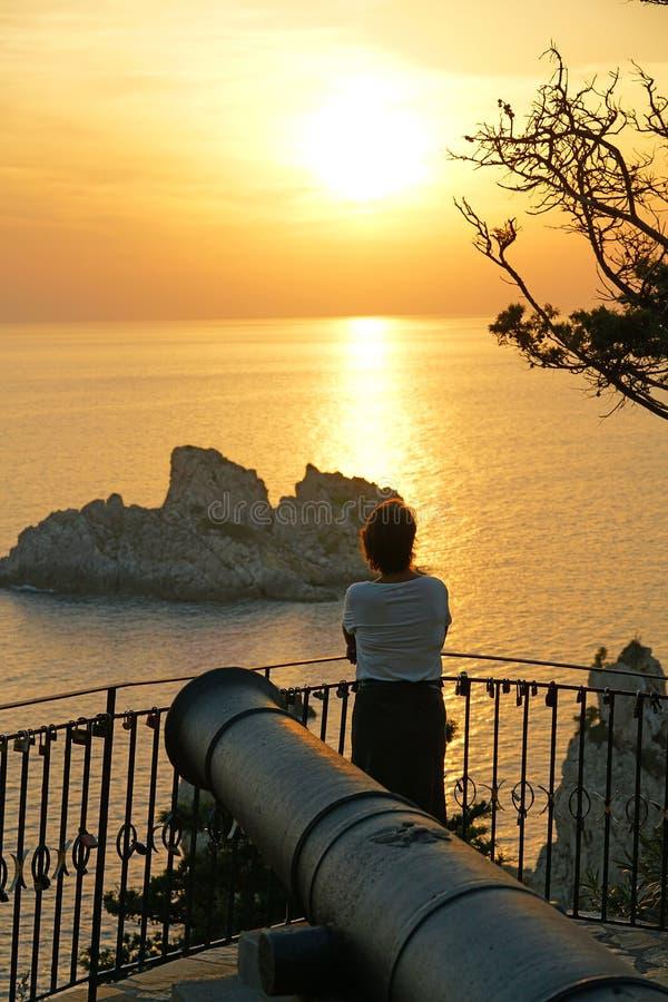 Un turista ammira la vista di un tramonto dal monastero di vergine Maria al tramonto fotografie stock