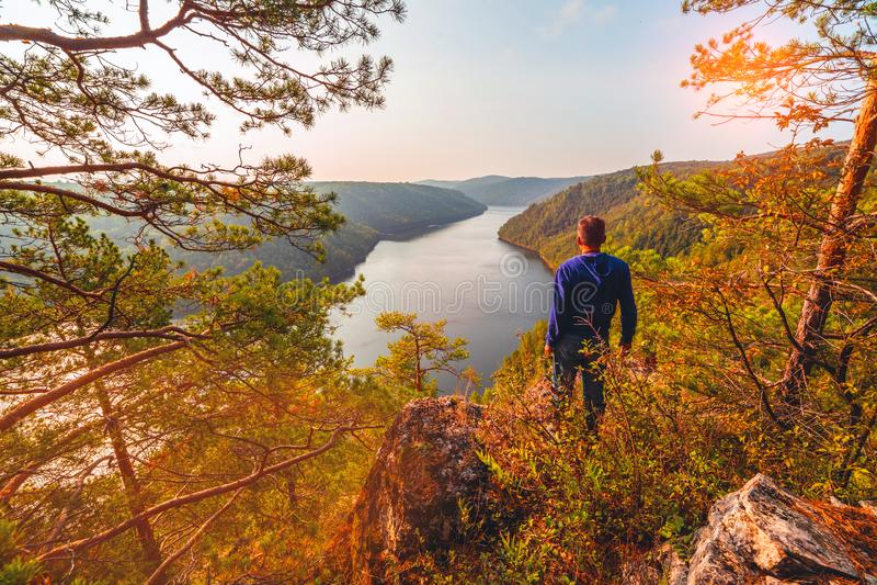 Un turista ammira la vista pittoresca da sopra sul bacino idrico di Yumaguzinsky sul fiume di Belaya fotografie stock