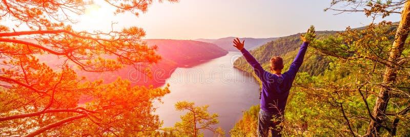 Un turista ammira la vista pittoresca da sopra sul bacino idrico di Yumaguzinsky sul fiume di Belaya fotografia stock libera da diritti
