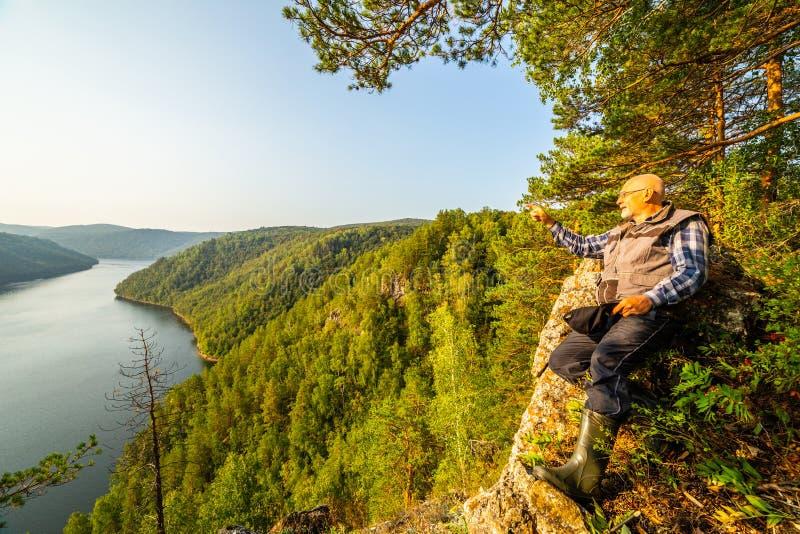 Un turista ammira la vista pittoresca da sopra sul bacino idrico di Yumaguzinsky fotografia stock