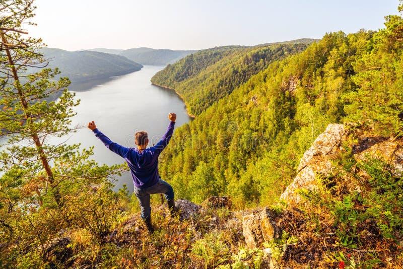 Un turista ammira la vista pittoresca da sopra sul bacino idrico di Yumaguzinsky immagini stock