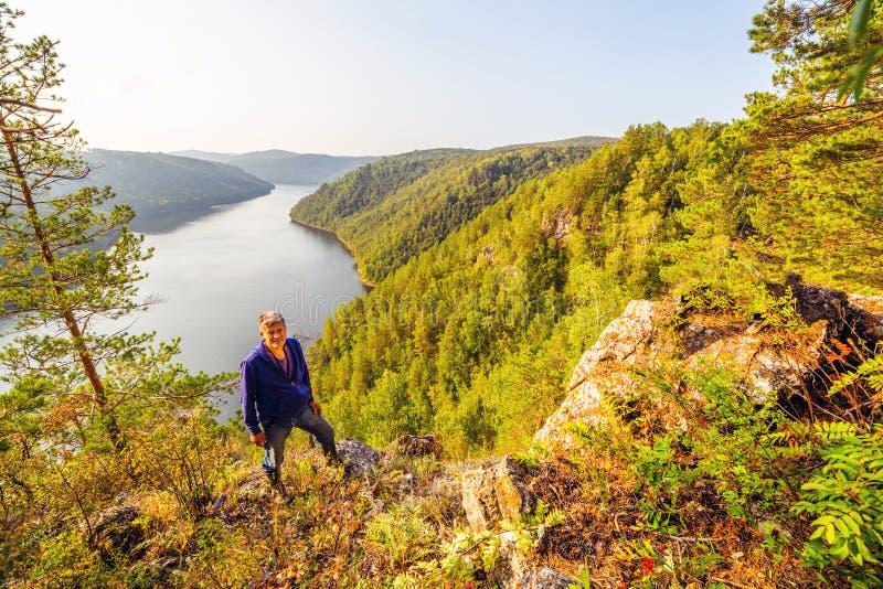 Un turista ammira la vista pittoresca da sopra sul bacino idrico di Yumaguzinsky immagine stock libera da diritti