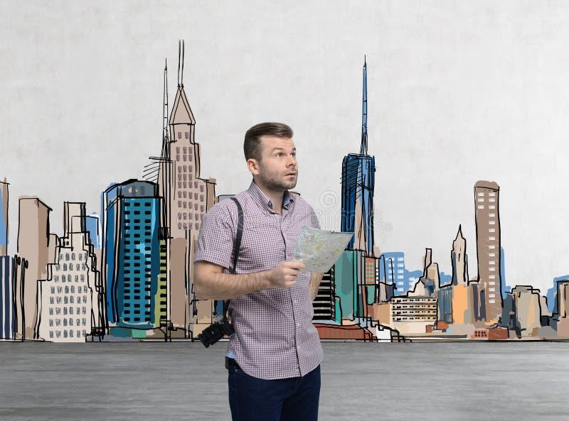 Un turista bello in abbigliamento casual sta provando a trovare il migliore posto turistico fotografie stock