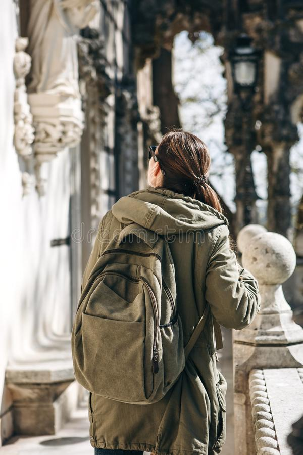 Un turista con una mochila en Lisboa, Portugal fotos de archivo libres de regalías