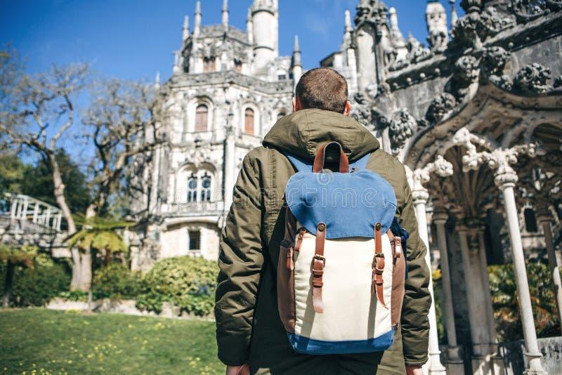 Un turista con una mochila en Lisboa, Portugal fotografía de archivo