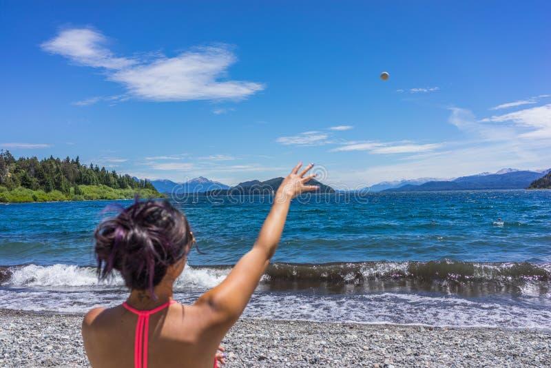 Un turista della donna nelle montagne e nei laghi di San Carlos de Bariloche, Argentina fotografia stock libera da diritti