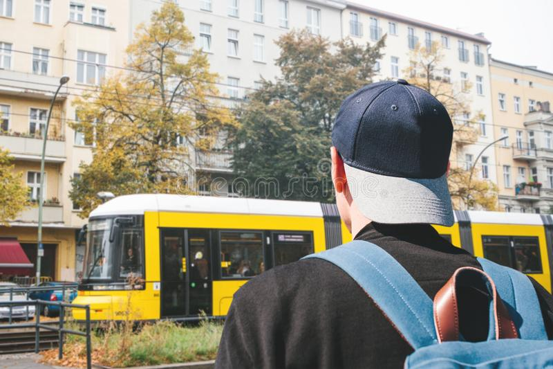 Un turista en una gorra de béisbol con una mochila en Berlin Street en Alemania fotos de archivo libres de regalías