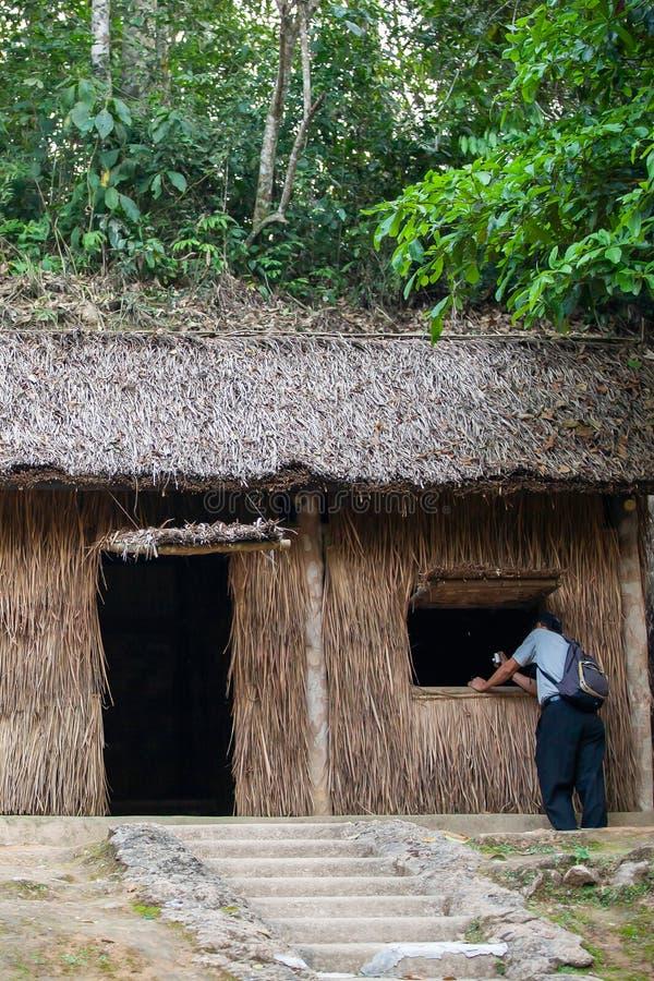 Un turista masculino que visita la sede de Dien Bien Phu Campaign foto de archivo libre de regalías