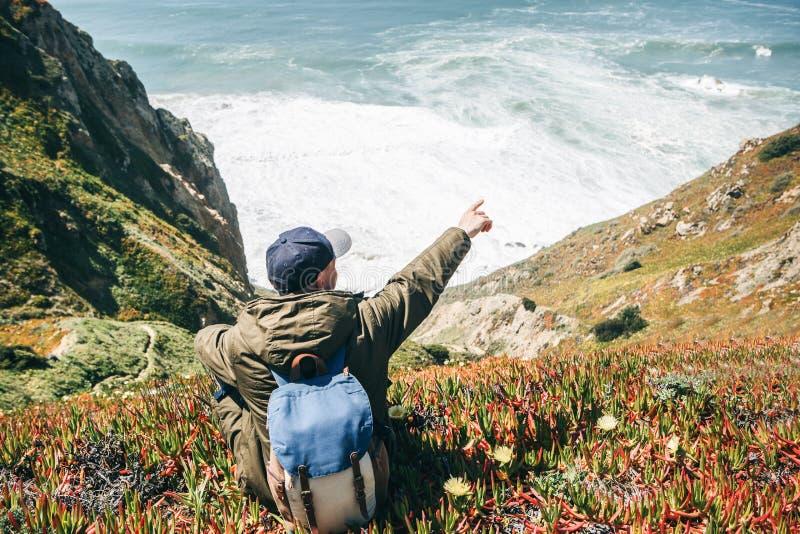 Un turista muestra la dirección fotografía de archivo libre de regalías