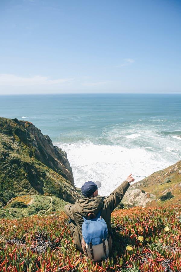 Un turista muestra la direcci?n fotografía de archivo libre de regalías