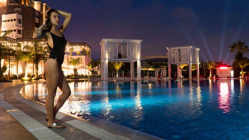 Un turista nell'hotel vicino allo stagno nella sera immagini stock libere da diritti