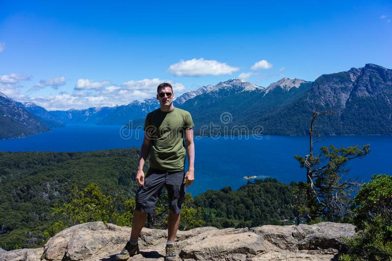 Un turista nelle montagne e nei laghi di San Carlos de Bariloche, Argentina immagine stock