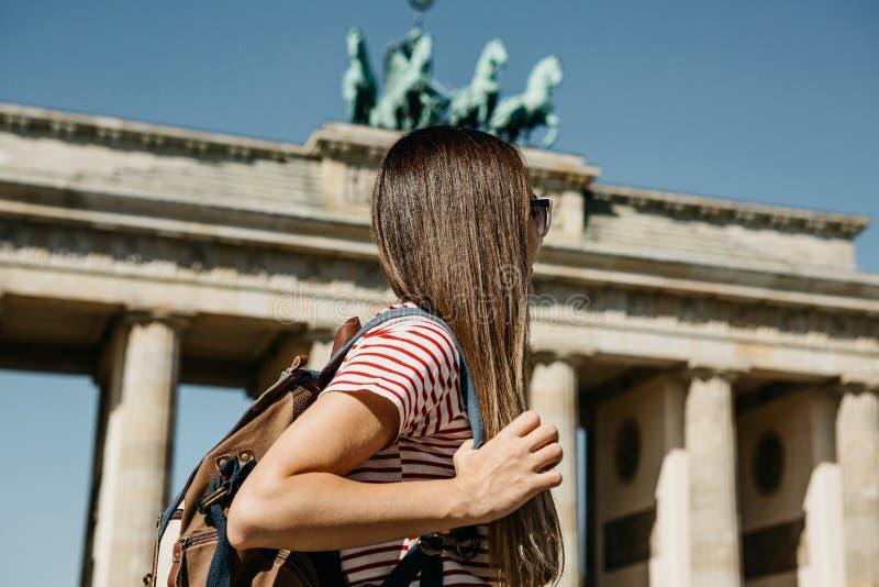Un turista o uno studente con uno zaino vicino alla porta di Brandeburgo a Berlino in Germania immagini stock libere da diritti