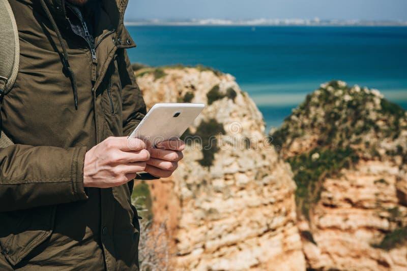 Un turista o un viaggiatore utilizza una compressa fotografie stock libere da diritti