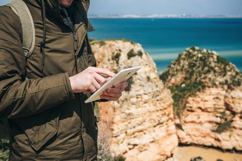 Un turista o un viaggiatore utilizza una compressa immagini stock