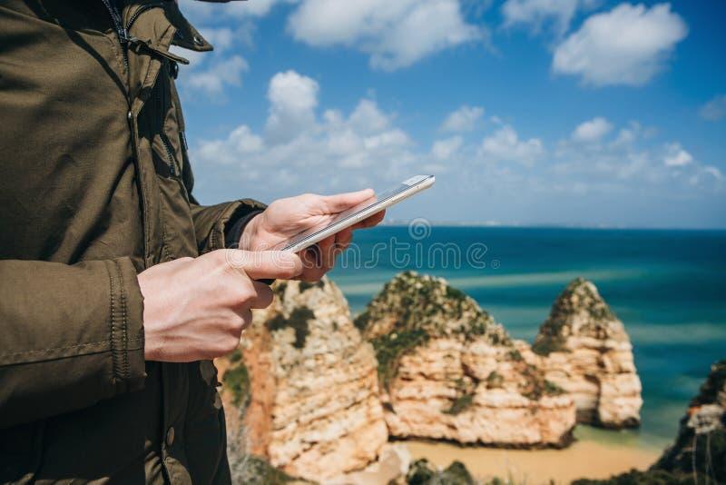 Un turista o un viaggiatore utilizza una compressa immagine stock