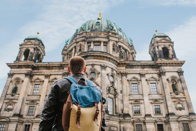 Un turista o un viajero con una mochila mira una atracción turística en Berlín llamó los Dom de Berliner imagen de archivo