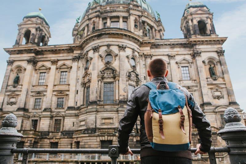 Un turista o un viajero con una mochila mira una atracción turística en Berlín llamó los Dom de Berliner imagen de archivo libre de regalías