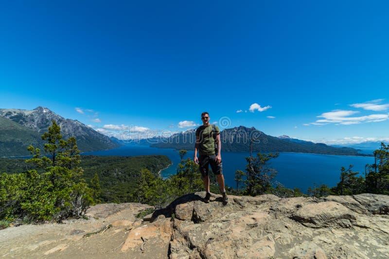 Un turista se coloca sobre las montañas y los lagos de San Carlos de Bariloche, la Argentina foto de archivo