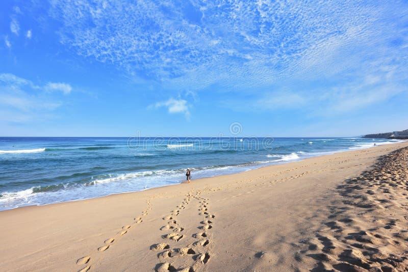 Un turista solitario en una playa imagen de archivo libre de regalías