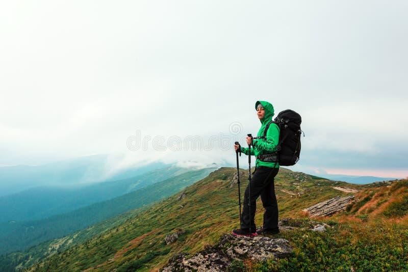 Un turista solitario que permanece al borde del acantilado fotografía de archivo