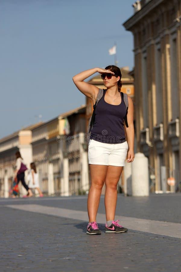 Un turista sta guardando fotografia stock libera da diritti
