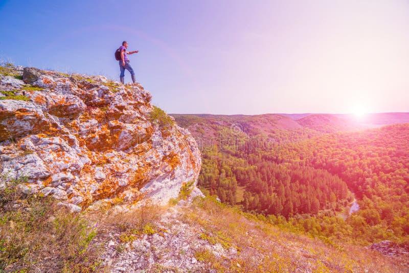 Un turista sta sopra una montagna ed ammira da sopra una vista del taiga di Ural immagine stock libera da diritti
