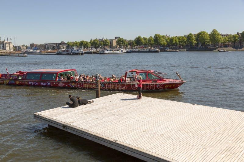 Un turista toma un selfie en el fondo de un barco flotante fotos de archivo libres de regalías