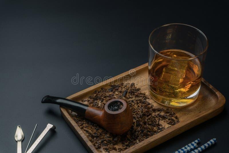 Un tuyau de tabagisme avec du tabac photos libres de droits