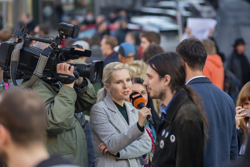 Un type étant interviewé à la démonstration sur la place de Prague Wenceslas contre le gouvernement et le Babis actuels photos libres de droits